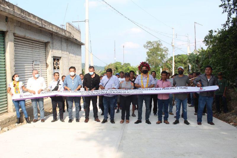 Daniel Andrade, inauguró pavimentación y muro de contención en Acuatempa